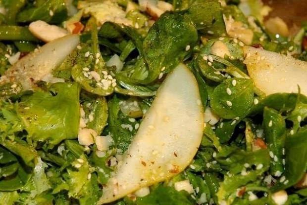 Зеленый салат с фасолью, грушей и бразильскими орехами