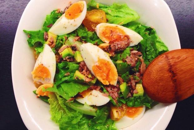 Салат с тунцом, авокадо и яйцами