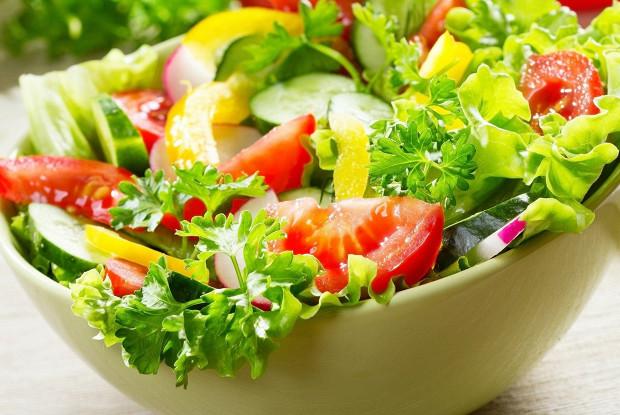 Салат из свежих овощей с беконом и тыквенными семечками