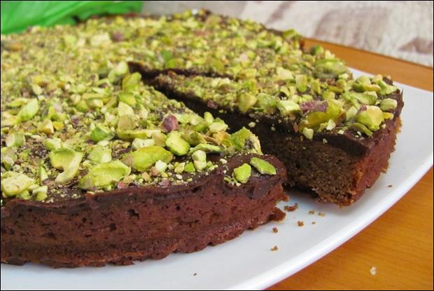 Шоколадный пирог с фисташками