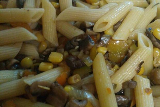 Паста с грибами, кукурузой и перцами