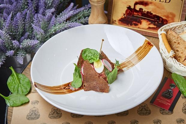 Парижский тартар из говядины с трюфельным айоли и гренками из ржаного хлеба