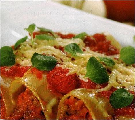 Каннеллони с мясной начинкой, запеченные в томатном соусе