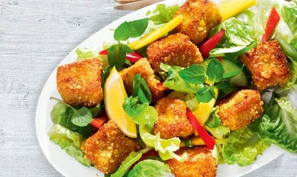 Хрустящая рыба с летним салатом
