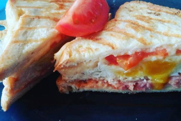 Сендвич с ветчиной, сыром и помидорами черри