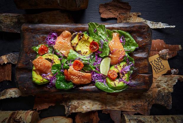 Салат с лососем и печеным авокадо