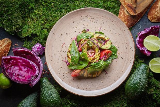 Легкий салат с печеным авокадо и томатами