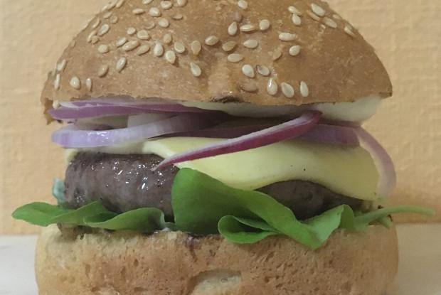 Гамбургер из говядины с руколой и красным луком