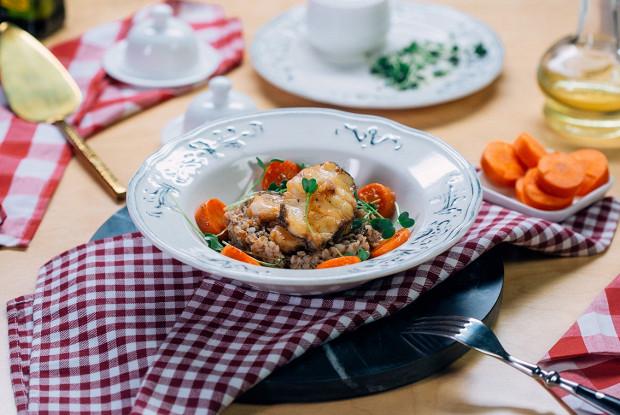 Мини-стейки из черного гренадера с гречкой и морковью