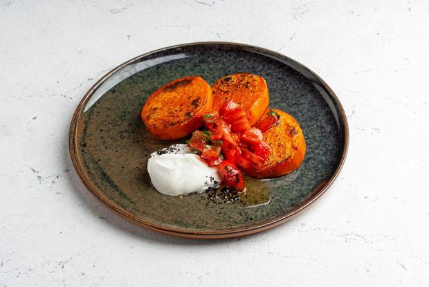 Панкейки из батата с постной сметаной и помидорами конкасе