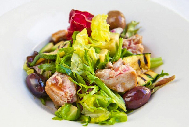 Салат из тунца с цукини, авокадо и мятой