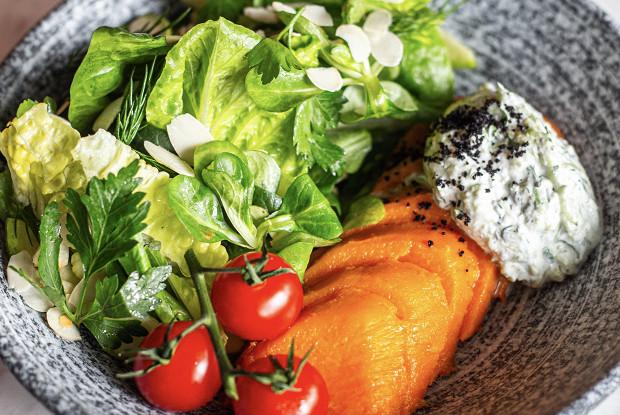 Салат с запеченным бататом и дзадзыки