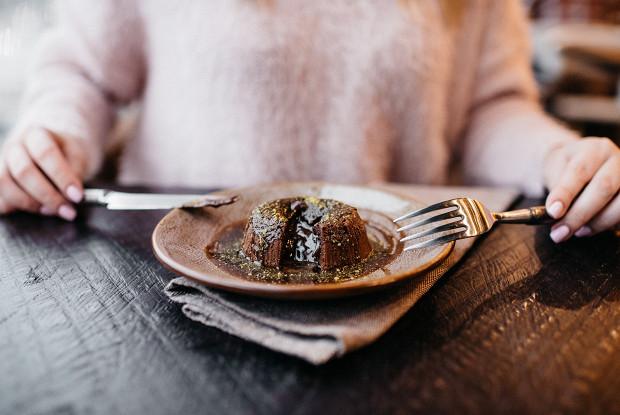 Шоколадный фондан с пивным соусом