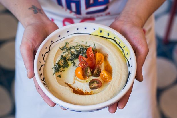 Хумус бейрути с помидорами