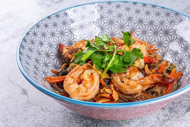 Лапша на воке с креветками, водорослями и китайским салатом