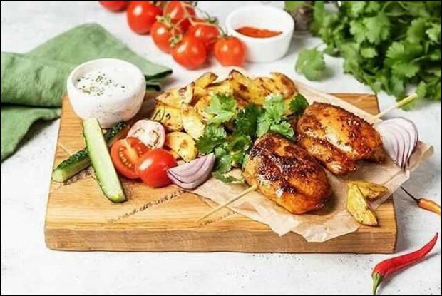 Шашлычки из курицы со свежими овощами