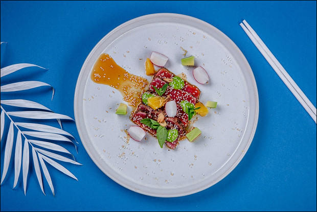Татаки из тунца с хрустящим редисом, мятой и зеленым базиликом