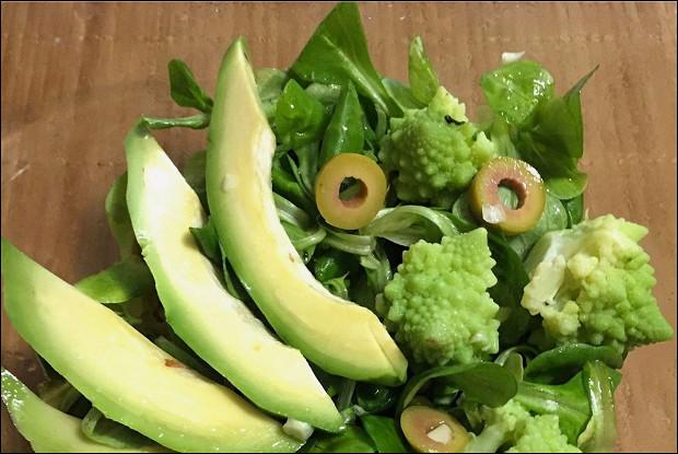Салат с романеско и чесноком