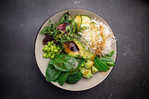Зеленый салат с авокадо и эдамамэ