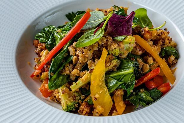 Злаковый салат со шпинатом