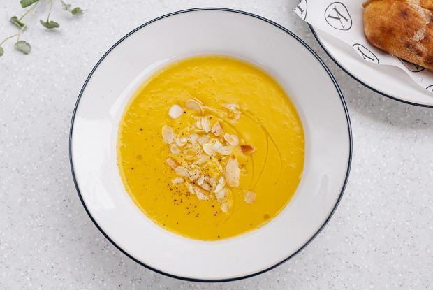 Тыквенный суп с кокосом и миндалем