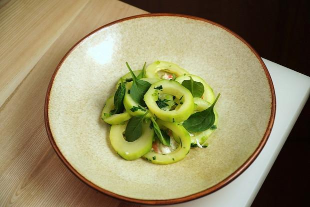 Салат из кабачка с камчатским крабом и трюфельным айоли
