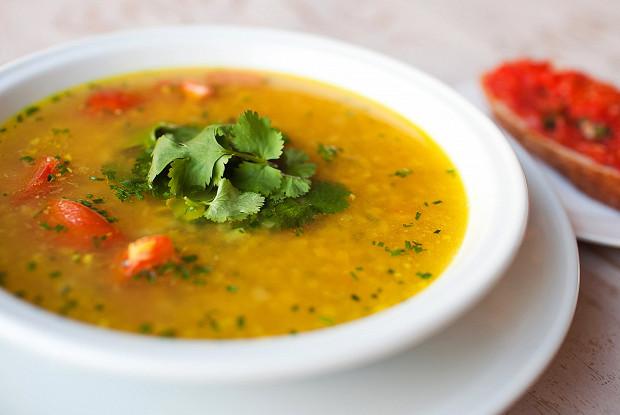 Суп из чечевицы с имбирем, томатами и кинзой