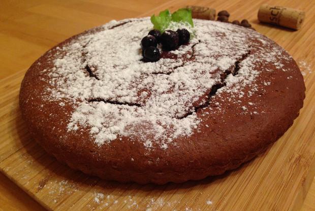 Пирог из кукурузной муки с черной смородиной