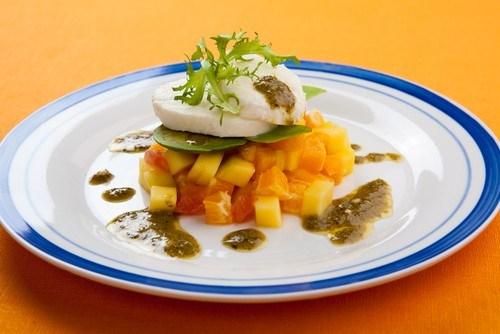 Фруктовый салат с авокадо и фисташками