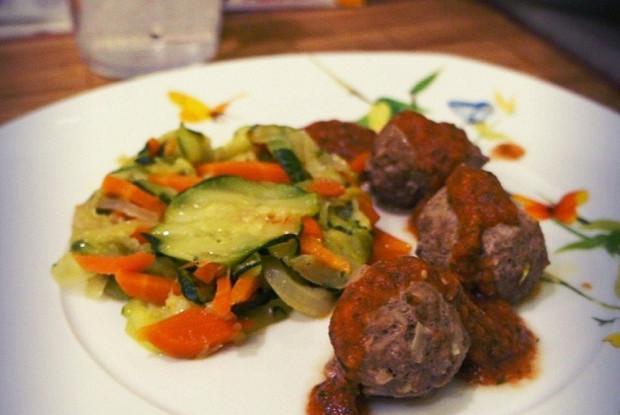Цукини с фрикадельками и ароматным соусом