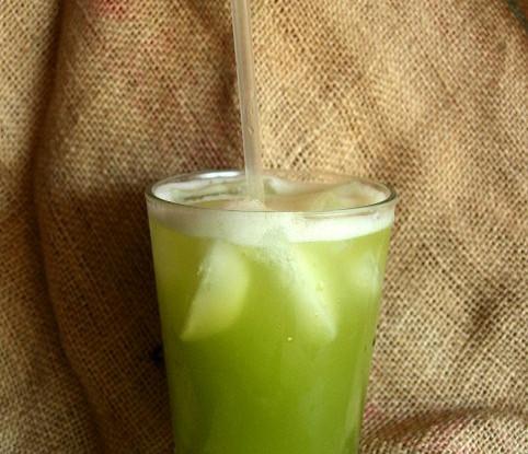 Свежевыжатый сок из яблока, сельдерея и мяты