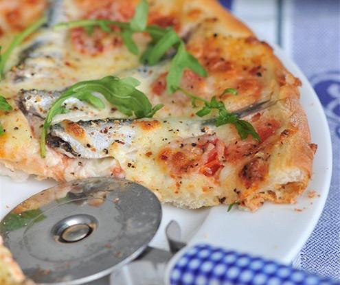 Пицца с томатами и анчоусами