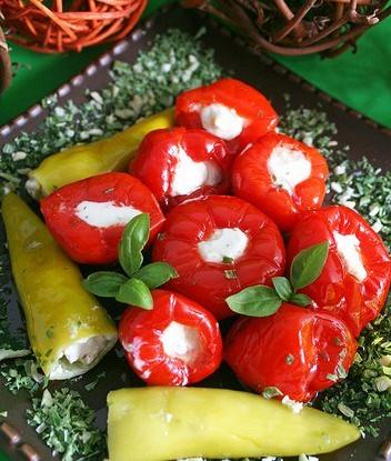 Разноцветные перцы, фаршированные нежной сырно-чесночной начинкой
