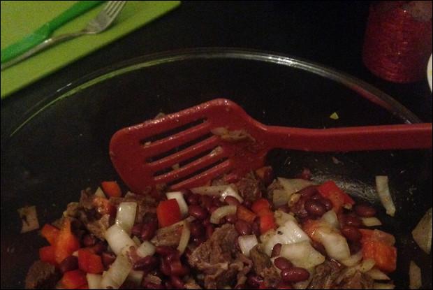 Салат из фасоли, говядины, перца и лука