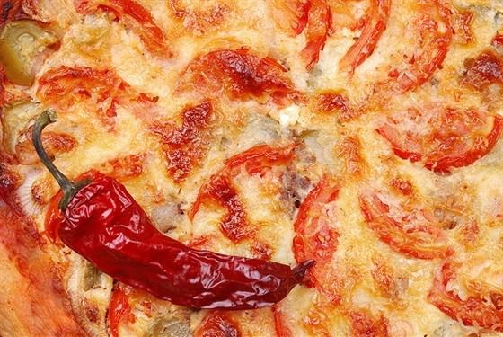 Пирог с жареными томатами, базиликом и сыром