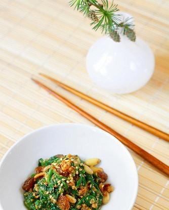 Жареный шпинат с изюмом, чесноком и кедровыми орешками