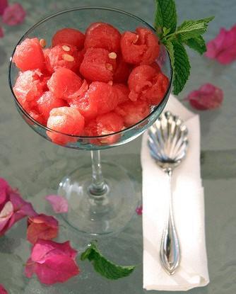 Арбузный салат с ромом и мятой