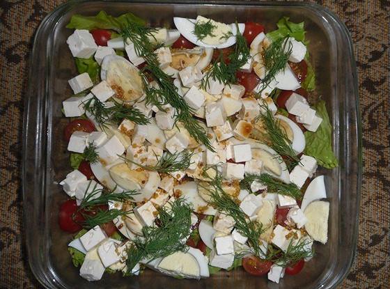 Зеленый салат с черри, яйцами и сыром