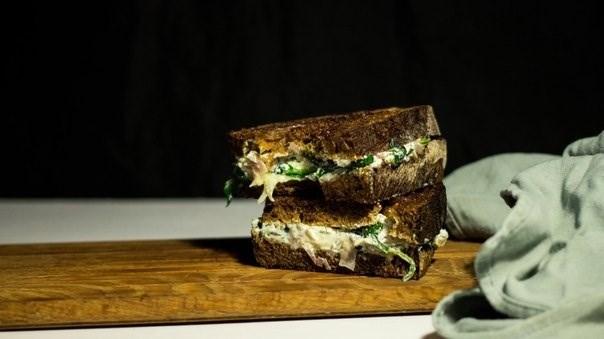 Сэндвич гриль со шпинатом и фетой