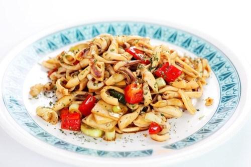Салат из курицы с грибами и сельдереем