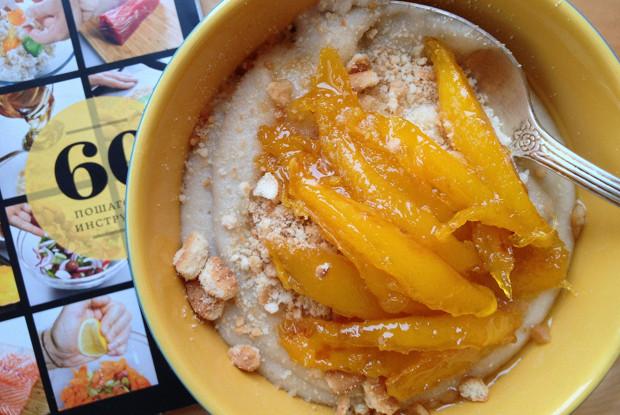Банановая манная каша с ломтиками манго в сиропе