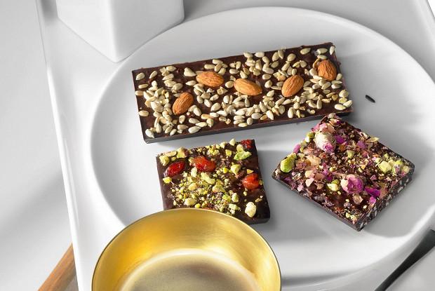 Шоколадные плитки с кешью, барбарисом и розовым перцем