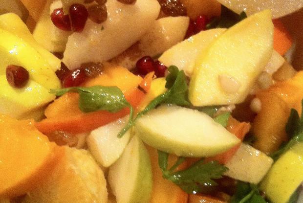 Фруктовый салат с зернами граната и зеленью