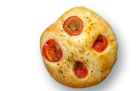 Фокачча с томатами, маслинами и сыром