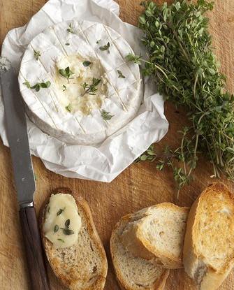 Печеный камамбер с тимьяном, чесноком и чесночным хлебом