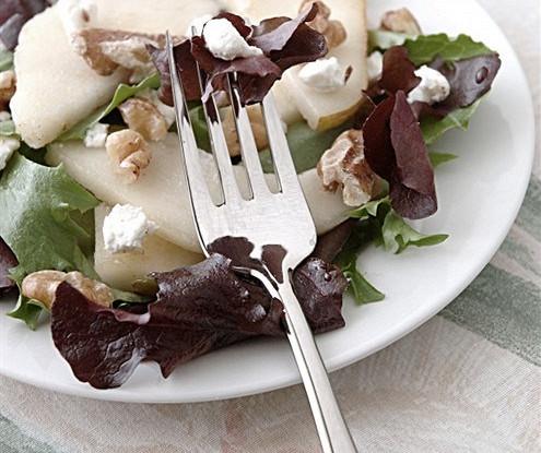 Теплый салат из груши и грецкого ореха с гренками и заправкой из сыра рокфор