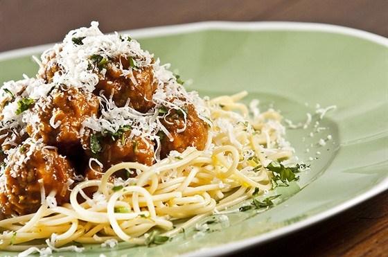 Мясные шарики с базиликом и спагетти