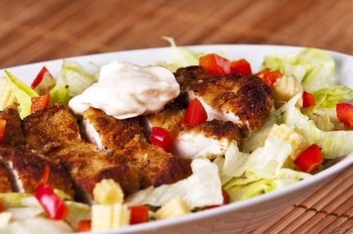 Куриный салат с кумином и петрушкой в йогуртовой заправке