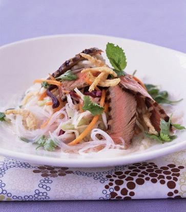 Тайский салат с рисовой лапшой и говядиной