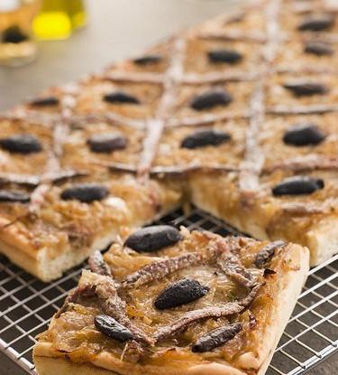Слоенный пирог с анчоусами и оливками